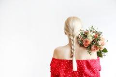 Ung blond kvinna i mammajeans och bukett f?r innehav f?r sk?rd?verkantskjorta av tulpan arkivfoto