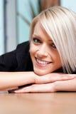 Ung blond kvinna med ett härligt lyckligt leende arkivfoton