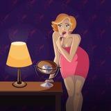 Ung blond kvinna som använder en läppstift Arkivfoton