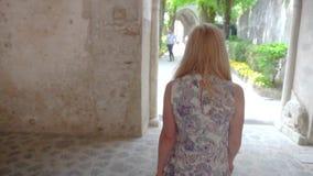Ung blond kvinna som går i Ravello på Italien arkivfilmer