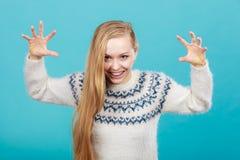 Ung blond kvinna som gör läskiga framsidor Arkivfoton
