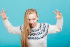 Ung blond kvinna som gör läskiga framsidor Royaltyfri Foto