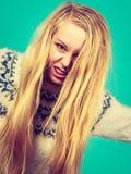 Ung blond kvinna som gör läskiga framsidor Royaltyfri Bild