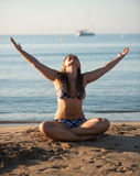 Avslappnande yogaflicka Arkivfoton