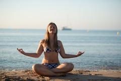Avslappnande yogaflicka Royaltyfri Foto