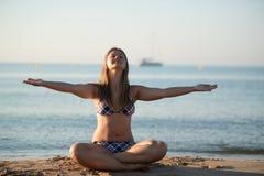Avslappnande yogaflicka Arkivfoto