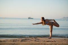 Avslappnande yogaflicka Royaltyfri Fotografi