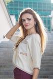 Ung blond kvinna som lyckligt poserar och ler Royaltyfria Foton