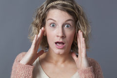 Ung blond kvinna som ser bedövad Royaltyfria Bilder