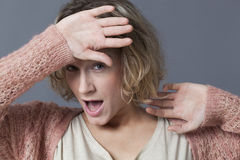 Ung blond kvinna som undviker problem Royaltyfri Foto