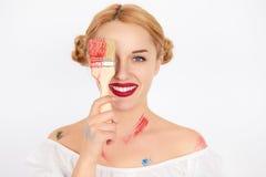 Ung blond kvinnamålare som rymmer en målarfärgborste Royaltyfria Foton
