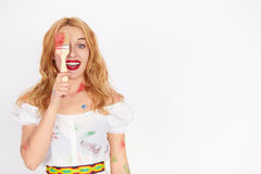Ung blond kvinnamålare som rymmer en målarfärgborste Royaltyfri Fotografi
