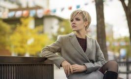 Ung blond kvinnastående i höstfärg Arkivfoto