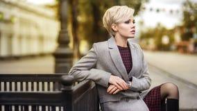 Ung blond kvinnastående i höstfärg Royaltyfri Bild