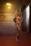 Ung blond kvinnlig boxare med handskar Royaltyfria Foton