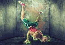 Ung blond man i breakdance för neoneffektdans royaltyfria foton