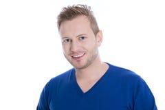 Ung blond man med skäggstubb i bästa seende kameraisolator för blått Royaltyfria Bilder