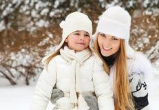 Ung blond moder med hennes lilla dotter utomhus Fotografering för Bildbyråer