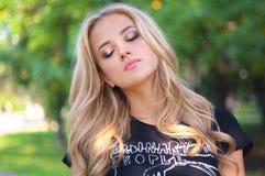 Ung blond utgjord kvinnastående Flicka med stängt H för långt hår Royaltyfri Foto
