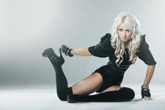 Ung blondin i attraktiv svartkläder för högt mode royaltyfri bild