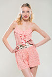 Ung blondin i rosa färger arkivbild