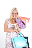Ung blondin med shoppingpåsar Royaltyfria Bilder