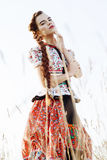 Ung bondaktig kvinna, iklädd ungersk nationell dräkt som poserar över naturbakgrund Royaltyfria Foton