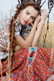 Ung bondaktig kvinna, iklädd ungersk nationell dräkt som poserar över naturbakgrund Royaltyfri Fotografi