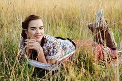 Ung bondaktig kvinna, iklädd ungersk nationell dräkt som poserar över naturbakgrund Fotografering för Bildbyråer