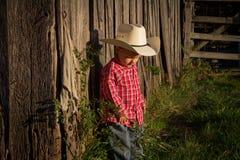 Ung bonde bredvid ladugård fotografering för bildbyråer