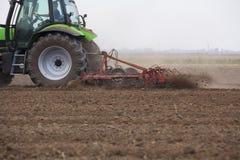 Ung bonde i traktor Arkivfoton
