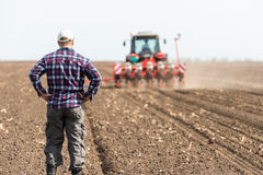 Ung bonde på jordbruksmark Arkivfoton
