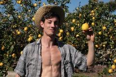 Ung bonde som är lycklig av hans citroner arkivbilder