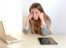 Ung borrning för affärskvinna på arbete royaltyfria bilder