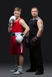 Ung boxare med instruktören Arkivbilder