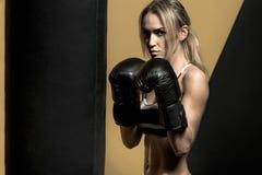 Ung boxarekvinna Arkivfoton