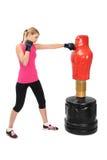 Ung boxningdam med den motstående påseskyltdockan för kropp Royaltyfri Fotografi