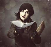 Ung brevbärareflicka med post. Foto i gammal färgstil med boke Royaltyfri Bild