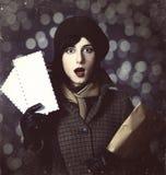 Ung brevbärareflicka med post. Foto i gammal färgstil med boke Royaltyfri Fotografi