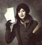 Ung brevbärareflicka med post. Foto i gammal färgstil med boke Royaltyfri Foto