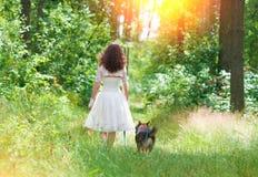 Ung brud med hunden Royaltyfri Bild
