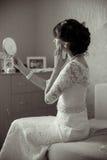 Ung brud som ser i spegeln Royaltyfri Foto