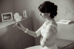Ung brud som ser i spegeln Royaltyfria Foton