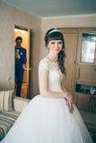 Ung brud som väntar på brudgummen i hus Royaltyfri Foto