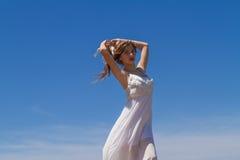Ung brunett i den vita bräckliga klänningen Royaltyfri Foto