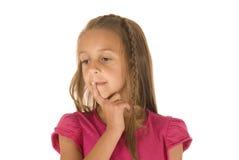 Ung brunett med den flätad tråden som tänker i rosa skjorta Fotografering för Bildbyråer