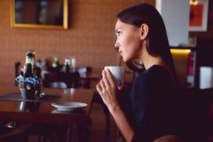 Ung brunett med en kaffekopp Royaltyfri Bild
