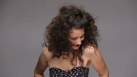 Ung brunett med lång brun dans för lockigt hår arkivfilmer