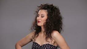 Ung brunett med lång brun dans för lockigt hår stock video