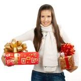 Ung brunettflicka som rymmer två gåvor Fotografering för Bildbyråer